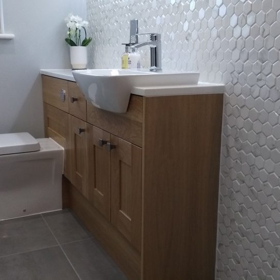 Hexagon Tiles in white gloss with traditional oak vanity unit